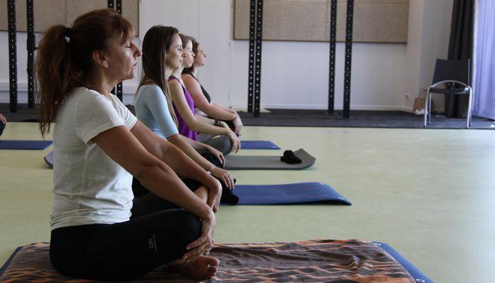séance de yoga en salle à larmor plage