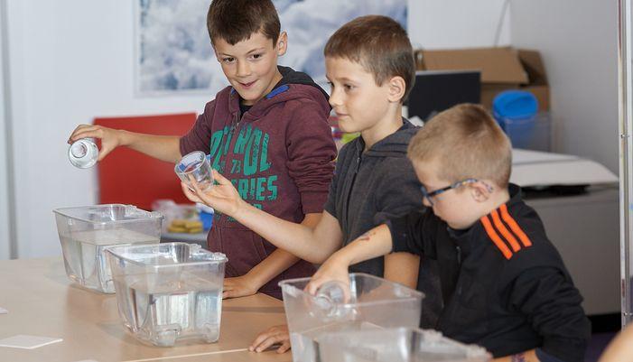 les élèves font des expériences à la cité de la voile